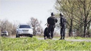 Украинские военные поставили на колени журналиста